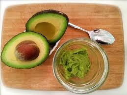 перетертый авокадо в миске