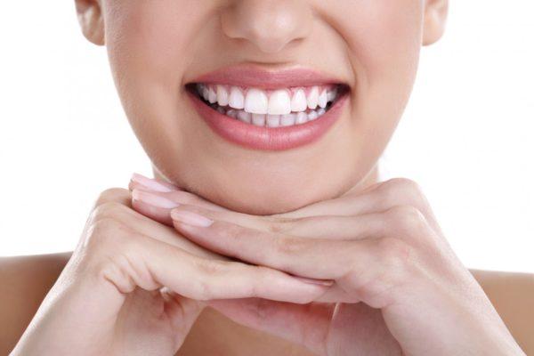 Красивая улыбка без налета на зубах.